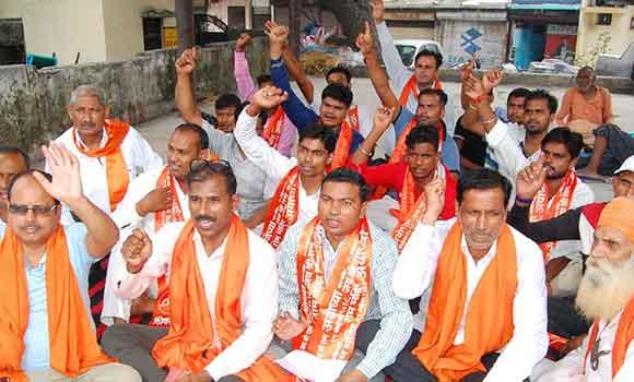 सहारनपुर में जिला मुख्यालय पर नारेबाजी करते शिवसैनिक।