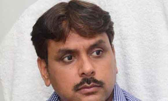 सहारनपुर में बयान जारी करते डीएम कुमार पांडेय।