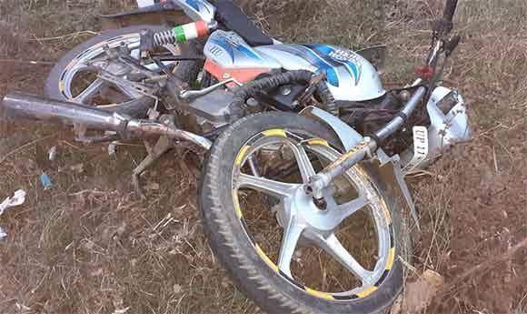 सडक दुर्घटना में घायल युवक पास मे पडी क्षतिग्रस्त बाईक