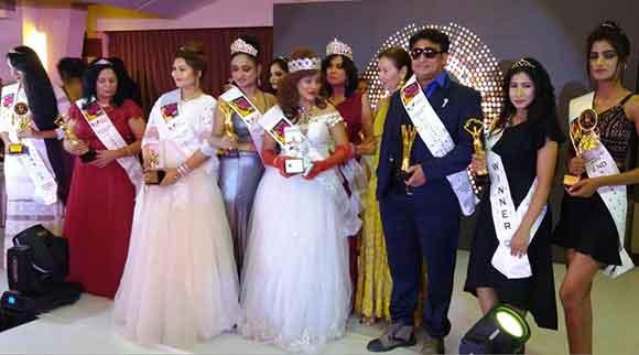 गोवा में इंटरनेशनल अल्फा एशिया आईकॉनिक पर्सनैलिटी अवार्ड विजेता अकरम अजीज व अन्य
