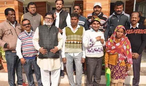 सहारनपुर में नगर निगम में नारेबाजी कर प्रदर्शन करते सफाई मजदूर।