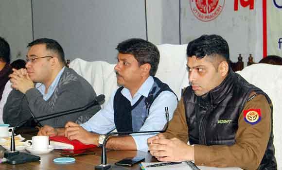 सहारनपुर में शांति-व्यवस्था बनाए रखने के निर्देश देते जिलाधिकारी।