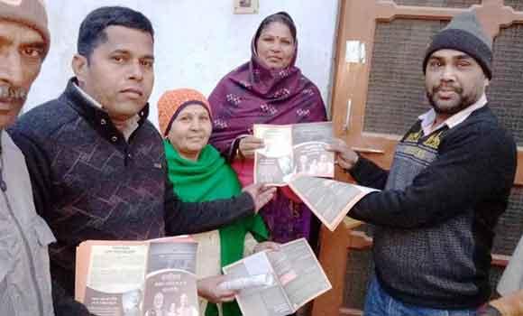 गंगोह में घर-घर जा कर लोगों को सीएए के बारे जागरुक करते भाजपाई