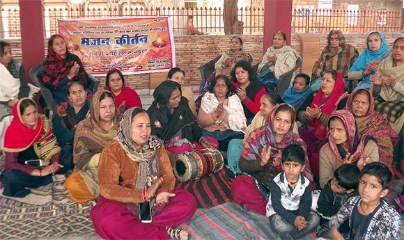 देवबंद के शिक्षक नगर स्थित शिव मंदिर में सीएए के समर्थन में भजन कीर्तन करती महिलाएं।