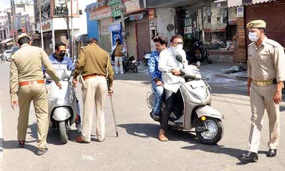 सहारनपुर में लॉक डाउन के दौरान लोगों से पूछताछ करती पुलिस।