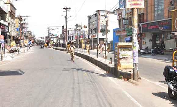 सहारनपुर में सडक़ों पर पसरा सन्नाटा व ड्यूटी देते पुलिसकर्मी।