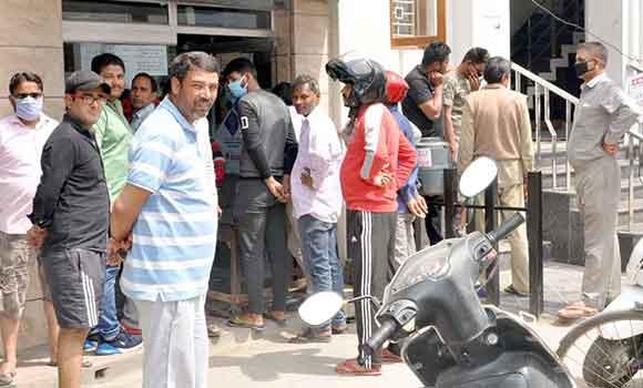 सहारनपुर में दुकान पर सामान खरीदते नागरिक।