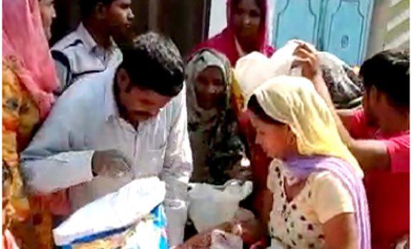 गरीब लोगों को खादय सामग्री वितरण करते नरेन्द्र कुमार