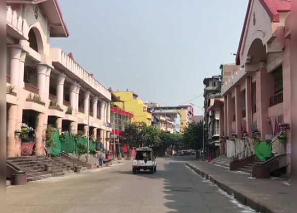 मणिपुर में खाली सड़क और पुलिस