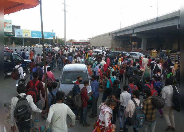 दिल्ली-यूपी बॉर्डर पर मजदूरों की भीड़