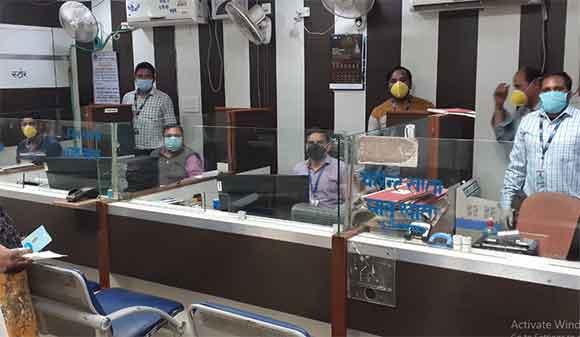 भारतीय स्टेट बैंक की कृषिविकास शाखा मे काम करते कर्मचारी