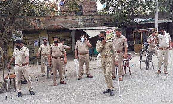 लाकडाउन को कामयाब करने मे रात-दिन लगे है पुलिसकर्मी