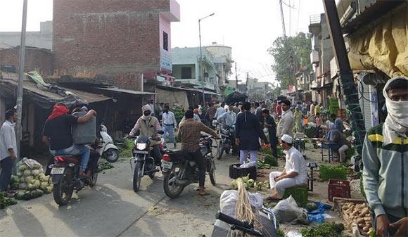 नकुड की सब्जी मंडी में उपस्थित भीड