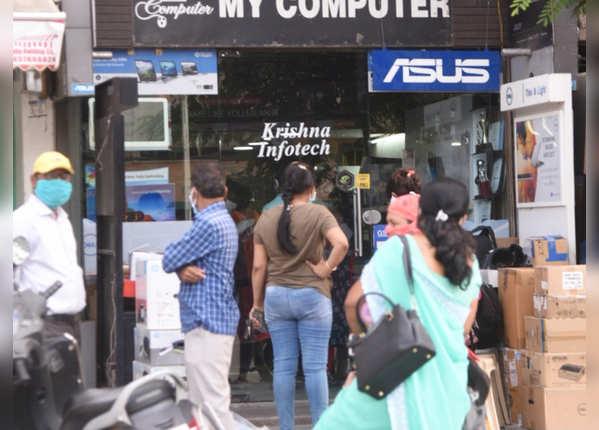 कंप्यूटर की दुकान पर लगी लाइनें