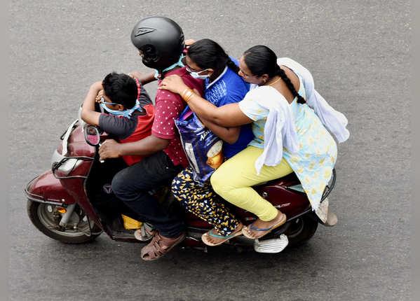 एक स्कूटी पर चार-चार लोग सवार