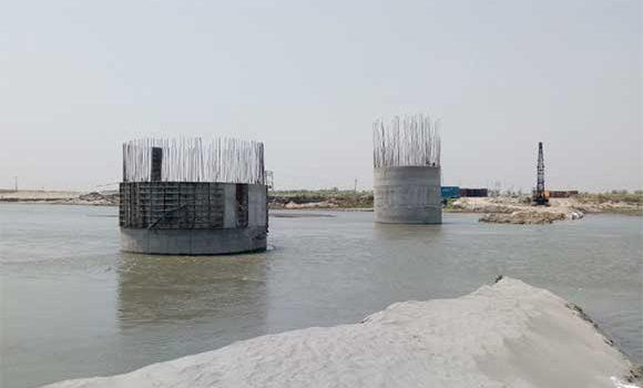 नगली घाट पर अधूरे पडे निर्माणाधीन यमुना पुल के पीलर