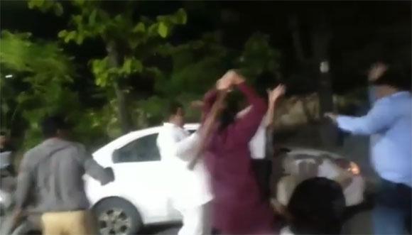 सहारनपुर में पत्रकार पर हमला करते भाजपा नेता