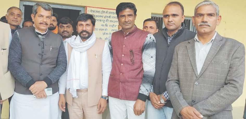 सहारनपुर में सपा प्रत्याशी के समर्थन में शिक्षकों से जनसम्पर्क करते चौ. इंद्रसैन।