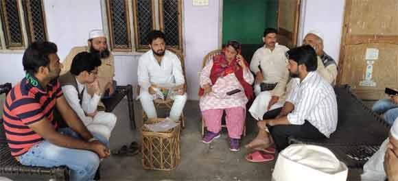 सपा नेता की भाभी के इंतकाल पर दुख व्यक्त करती पूर्व विधायक शशिबाला पुण्डीर व अन्य